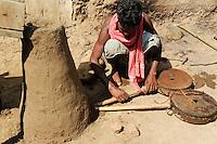 INDIA Chhattisgarh, Prof. Anil Gupta and NGO SRISTI discover on the walking tour Shodh Yatra local knowledge and inventions in the tribal villages of Bastar, smith with traditional iron melting oven / INDIEN Chhattisgarh , Prof. Anil Gupta und sein Team der NGO SRISTI erforschen lokales Wissen, Biodiversitaet und Erfindungen der lokalen Bevoelkerung auf der Shodh Yatra einer Wandertour durch Adivasi Doerfer in der Bastar Region, Schmied mit Schmelzofen und Blasebalg