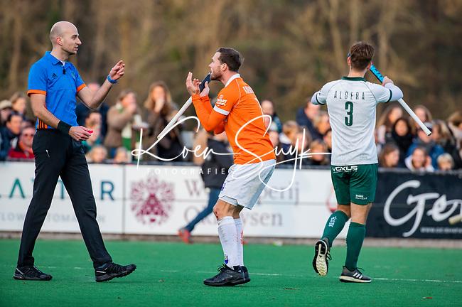 BLOEMENDAAL - Roel Bovendeert (Bldaal) met scheidsrechter Jorrit Maakal tijdens  hoofdklasse competitiewedstrijd  heren , Bloemendaal-Rotterdam (1-1) .COPYRIGHT KOEN SUYK