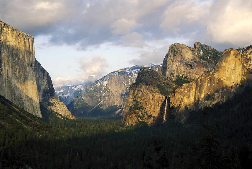 USA, California, Yosemite National Park. Tunnel View