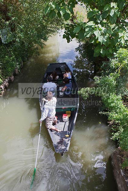 Europe/France/Poitou-Charentes/79/Deux-Sèvres/Coulon: Promenade en barque  plate  localement dénommées:batais avec batelier-guide,