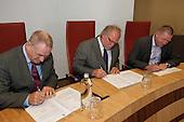 Leeuwarden, 16 september 2010 - Het Provinciaal Bestuurlijk Overleg Water (PBOW) informeerde de waterwethouders van Fryslân in het stadhuis van Leeuwarden over de grote waterthema's en ontwikkelingen. Ook werd ingegaan op de noodzaak tot samenwerking, zoals neergelegd in het Bestuursakkoord 'Samenwerking in de waterketen'. Tevens ondertekening van het OAS-afvalwaterakkoord door de gemeenten Sneek, Wymbritseradiel en Wetterskip Fryslân.