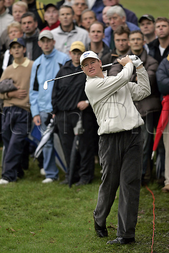 15 Oct 2004: South African golfer Ernie Els (RSA) plays from the rough on the 11th during his second round match against Angel Cabrera (ARG). HSBC World Matchplay Championship, Wentworth, England. Photo: Glyn Kirk/Actionplus....041015.golf golfer iron crowd