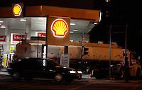 SAO PAULO, SP, 08 DE MARÇO 2012 - GREVE DOS CAMINHONEIROS - SEM COMBUSTIVEL - Na noite desta quarta-feira (07) caminhão de combustivel é visto abastecendo posto na Av. Brigadeiro Luis Antonio na região central de São Paulo.  (FOTOS: AMAURI NEHN/BRAZIL PHOTO PRESS)