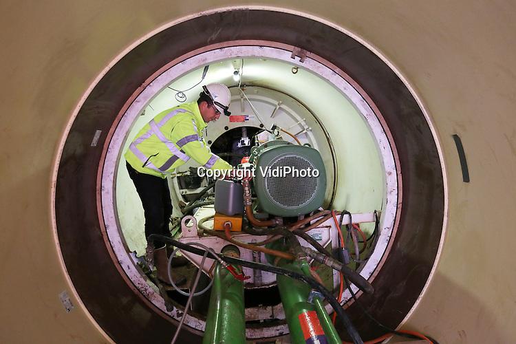 Foto: VidiPhoto<br /> <br /> LENT &ndash; Onder de spoordijk in Nijmegen-Noord wordt deze week een 60 meter lange duiker aangebracht. Deze voert een watersingel onder het spoor door en dient tevens als faunapassage. Het is onderdeel van het omvangrijke rivierproject &lsquo;Ruimte voor de Waal&rsquo;. De zogenoemde spoorduiker heeft een diameter van 2,45 meter. Het is voor het eerst in Nederland dat  zo&rsquo;n grote met glasvezelversterkte kunststofbuis (GVK) geplaatst wordt als duiker. Er wordt een zogenoemde gesloten frontboring (&lsquo;microtunneling&rsquo;) toegepast. Zodra de boring gereed is, wordt de duiker zo ingericht dat diverse fauna de spoordijk kan kruisen. Het project &ldquo;Ruimte voor de Waal&rdquo; wordt uitgevoerd door i-Lent (Combinatie Dura Vermeer/Ploegam). De spoorduiker wordt in onderaanneming uitgevoerd doorStrukton Infratechnieken. HOBAS Benelux BV is de leverancier van de GVK buizen.