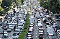 SAO PAULO, 28 DE MARCO DE 2013 - TRANSITO - SAO PAULO - Transito intenso na Avenida 23 de Maio, região sul da capital, no fim da tarde deta quinta feira, vespera de feriado de Pascoa. (FOTO: ALEXANDRE MOREIRA / BRAZIL PHOTO PRESS)