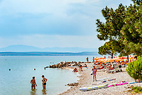 Croatia, Kvarner Gulf, Crikvenica: public beach at Riviera Crikvenica near town centre, a pebble and sandy beach | Kroatien, Kvarner Bucht, Crikvenica: oeffentlicher Strand an der Riviera Crikvenica im Zentrum - ein Kies- und Sandstrand