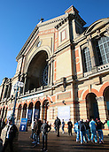 29.12.2015. Alexandra Palace, London, England. William Hill PDC World Darts Championship. Crowds arrive at Alexandra Palace