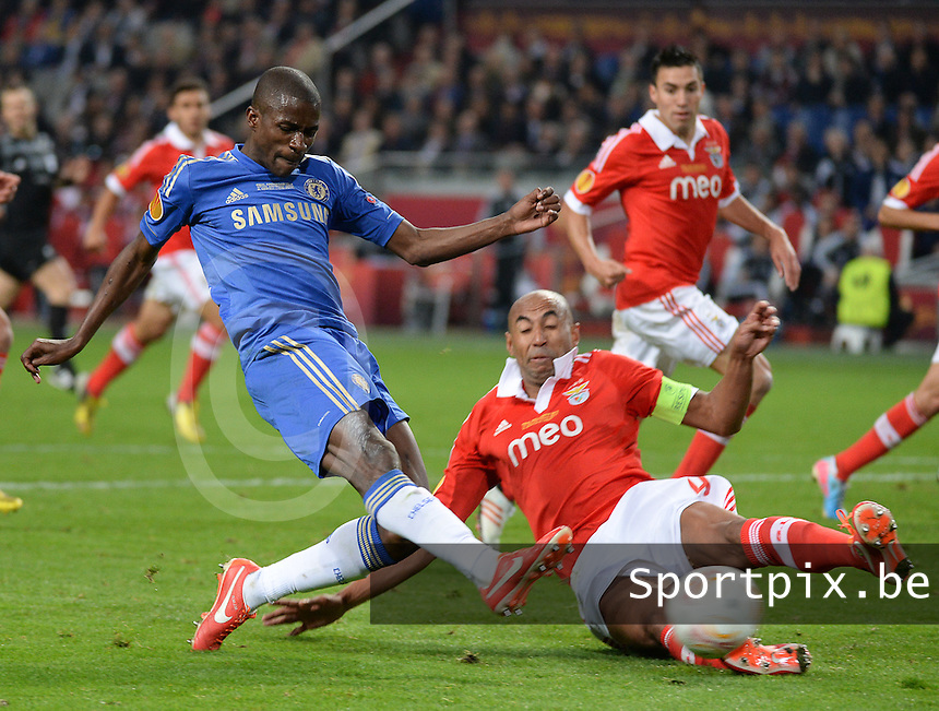 Benfica Lissabon - Chelsea FC : Ramires with the shot before tackling Luisao (r).foto DAVID CATRY / Nikonpro.be