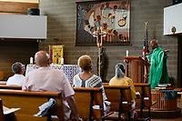 USA Chicago, South Side, afroamerican parish of St. Elizabeth Church, founded in 1881 is the oldest African American Catholic Institution in the Archdiocese of Chicago, sunday holy mass / afroamerikanische Gemeinde der katholischen Kirche St. Elizabeth, heilige Messe, Predigt von Pastor Chester Smith