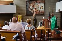 USA Chicago, South Side, afroamerican parish of St. Elizabeth Church, founded in 1881 is the oldest African American Catholic Institution in the Archdiocese of Chicago, sunday holy mass / afroamerikanische Gemeinde der katholischen Kirche St. Elizabeth, heilige Messe, Predigt von Pastor Chester Smith