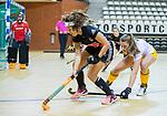 Almere - Zaalhockey Amsterdam-Den Bosch (v)  .   Pleun van der Plas (DBO) met Noor de Baat (A'dam) en Rosa Fernig (DBO)  TopsportCentrum Almere.    COPYRIGHT KOEN SUYK