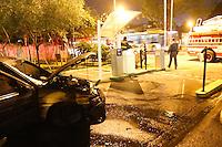 SÃO PAULO, SP, 30.07.2013: INCÊNDIO/VEÍCULO/SP - Carro pega fogo no estacionamento de um Fast Food no cruzamento da Avenida Rebouças com Henrique Schaumann no bairro de Pinheiros, na noite desta terça-feira, 30. Ninguém ficou ferido. (Foto: Vanessa Carvalho/Brazil Photo Press )
