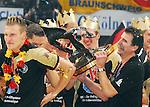 Nach 167 L&permil;nderspielen mit 576 Toren beendet Holger Glandorf seine Karriere in der deutschen Handball-Nationalmannschaft. Der 31-j&permil;hrige Linksh&permil;nder war 2007 Weltmeister und gewann im Juni mit der SG Flensburg-Handewitt die Champions League<br /> Archiv aus: <br />  WM  2007 - Deutschland , K&circ;ln  / Finale<br /> <br /> <br /> <br /> Deutschland ist Weltmeister<br /> <br /> <br /> <br /> Trainer Heiner Brand feiert seine zweite Weltmeisterschaft. Erst als Spieler nun als Trainer. Holger Glandorf und Oliver Roggisch (beide GER) feiern den Sieg<br /> <br /> <br /> <br /> Foto &copy; nordphoto