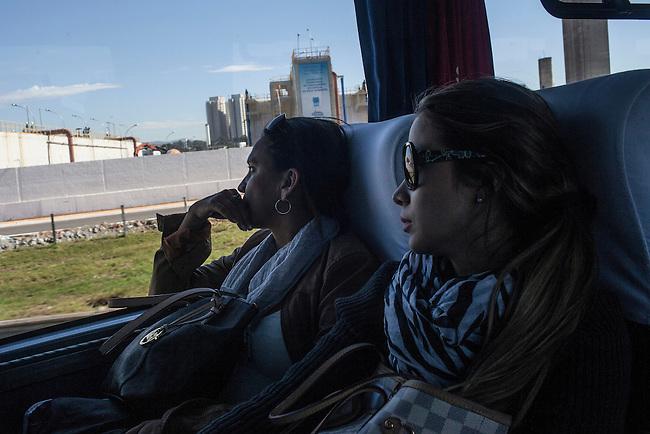 Monica Naranjo  y Karin Jimenez , madre y esposa  respectivamente del defenso  de la Selecci&oacute;n Colombia Santiago Arias, miran desde el bus en el viaje de Sao Paulo , Brasil, A Guaruja ,  13 de junio de 2014.<br /> <br /> Foto: Joaquin Sarmiento/Archivolatino<br /> <br /> COPYRIGHT: Archivolatino<br /> Solo para uso editorial. No esta permitida su venta o uso comercial.