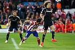 Atletico de Madrid´s David Villa (C) and  Chelsea´s David Luiz during Champions League semifinal first leg soccer match between Atletico de Madrid and Chelsea, at the Vicente Calderon stadium, in Madrid, Spain, April 22, 2014. (ALTERPHOTOS/Victor Blanco)