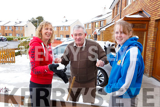 Neighbourly love in Manor as Cathy Carmody, Joe Moynihan and Emma Carmody have a chat about the weather.