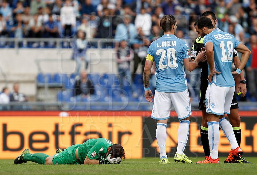 Calcio, Serie A: Lazio vs Frosinone. Roma, stadio Olimpico, 4 ottobre 2015.<br /> Lazio&rsquo;s goalkeeper Federico Marchetti, left, lies on the pitch after getting injured during the Italian Serie A football match between Lazio and Frosinone at Rome's Olympic stadium, 4 October 2015.<br /> UPDATE IMAGES PRESS/Isabella Bonotto
