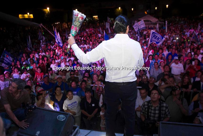 San Juan del R&iacute;o, Qro. 10 junio 2015.- Miles de sanjuanenses se congregaron el centro de la ciudad para festejar con Pancho Dom&iacute;nguez y Memo Vega, el triunfo electoral de todos los candidatos panistas.<br /> <br /> Pancho agradeci&oacute; a los sanjuanenses el apoyo brindado el pasado 7 de junio y reiter&oacute; el orgullo de haber nacido politicamente en esta ciudad.<br /> <br /> Con el virtual ganador a la gubernatura del estado, estuvieron tambien Memo Vega y los candidatos ganadores a las diputaciones IX y X, la candidata Mary Garc&iacute;a, Alfredo Botello Montes, Bety Marmolejo, Sonia Rocha, entre otros invitados especiales.