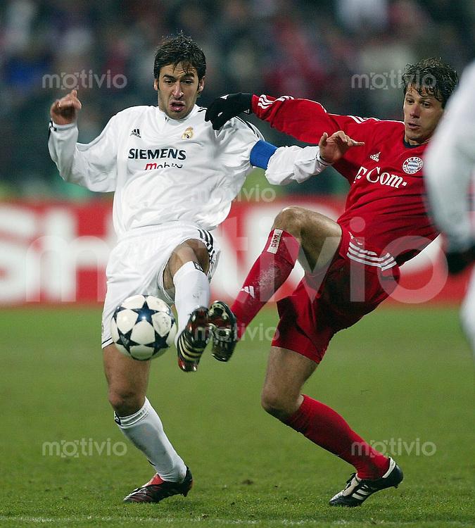 FUSSBALL Champions League 2003/2004 Achtelfinal Hinspiel  FC Bayern Muenchen 1-1 CF Real Madrid Raul (Real,li) gegen Martin Demichelis (FCB)