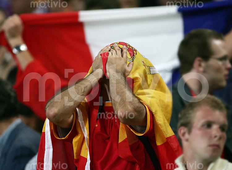 Fussball WM 2006 Achtelfinale  Spanien - Frankreich Enttaeuschter Spanien-Fan - Frankreich jubelt