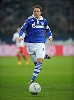 FUSSBALL   1. BUNDESLIGA   SAISON 2011/2012   18. SPIELTAG FC Schalke 04 - VfB Stuttgart            21.01.2012 Benedikt Hoewedes (FC Schalke 04)  Einzelaktion am Ball