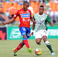 MEDELLIN - COLOMBIA-07-07-2013: Alejandro Bernal (Der.) jugador del Atletico Nacional disputa el balón con Juan Carlos Mosquera (Izq.) jugador del Deportivo Pasto, durante partido en el estadio Atanasio Girardot de la ciudad de Medellin, julio 7 de 2013. Atletico Nacional y Deportivo Pasto durante partido por la sexta fecha de los cuadrangulares semifinales de la Liga Postobon I. (Foto: VizzorImage / Luis Rios / Str).  Alejandro Bernal (R) player of Atletico Nacional fights for the ball with Juan Carlos Mosquera (L) player from Deportivo Pasto during game in the Atanasio Girardot stadium in Medellin City, July 7, 2013. Atletico Nacional and Deportivo Pasto, during match for the sixth round of the semi finals of the Postobon League I. (Photo: VizzorImage / Luis Rios / Str).