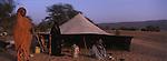 """Dans le désert mauritanien, les nomades maures installent leurs campements près des puits. La """"khaima"""" ou tente traditionnelle est le domaine des femmes. Erg Amatlich Mauritanie."""