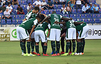 MONTERÍA - COLOMBIA ,30-01-2019: Jugadores del Deportivo Cali se concentran en el centro del campo de juego antes de su encuentro contra Jaguares de Cordoba durante partido por la fecha 2 de la Liga Águila I 2019 jugado en el estadio Municipal Jaraguay de Montería . /Deportivo Cali players concentrate on the center of the field before their game against Jaguares de Cordoba match for the date 2 of the Liga Aguila I 2019 played at Municipal Jaraguay Satdium in Monteria City . Photo: VizzorImage / Andrés Felipe López  / Contribuidor.