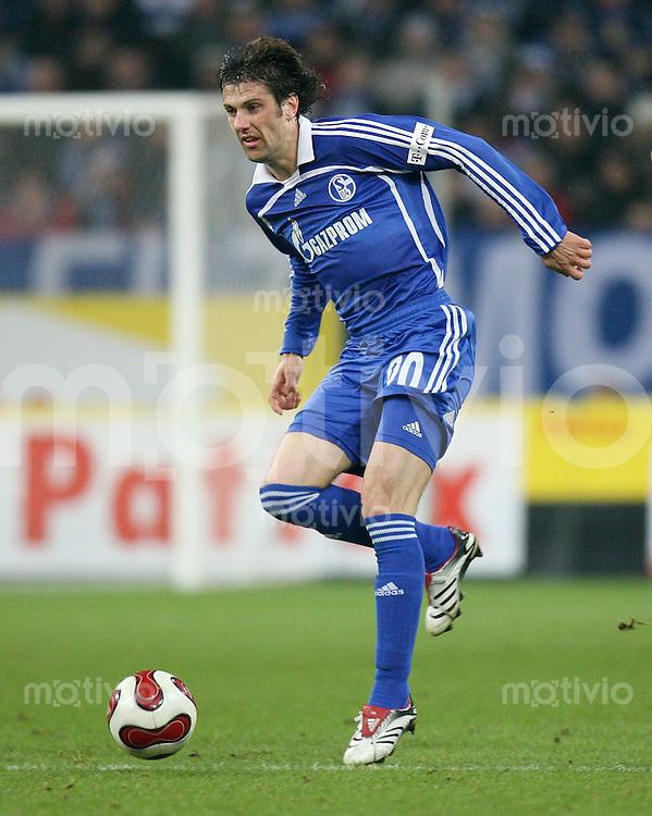 Fussball  1. Bundesliga  Saison 2006/2007 Mladen KRSTAJIC (FC Schalke 04), Einzelaktion am Ball