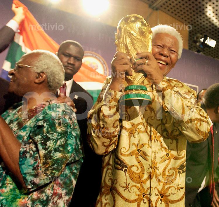 Zuerich, Fussball Weltmeisterschaft 2010 in Suedafrika. Jubel Suedafrika: Nelson Mandela mit WM-Pokal, Erzbischof Tutu (li.)