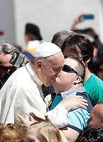 Papa Francesco saluta i fedeli al termine dell'udienza generale del mercoledi' in Piazza San Pietro, Citta' del Vaticano, 10 giugno 2015.<br /> Pope Francis greets faithful at the end of his weekly general audience in St. Peter's Square at the Vatican, 10 June 2015.<br /> UPDATE IMAGES PRESS/Isabella Bonotto<br /> <br /> STRICTLY ONLY FOR EDITORIAL USE