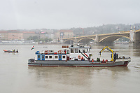 Rescuers search for the wreck of a passenger boat in downtown Budapest, Hungary on May 30, 2019. ATTILA VOLGYI