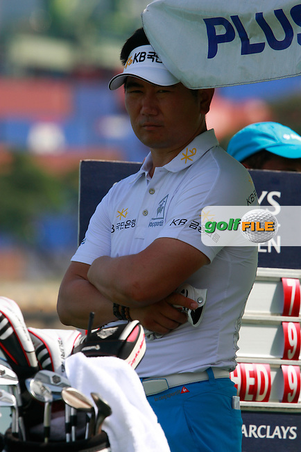 Y.E.Yang (KOR) takes shelter from the oppressive heat as he waits to tee off on the 7th tee during Sunday's Final Round of the rain shortened 2011 Barclays Singapore Open, Singapore, 13th November 2011 (Photo Eoin Clarke/www.golffile.ie)