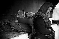 Femme kurde de Nusaybin au four à pain collectif construit par la municipalité dans les quartiers.