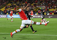 BOGOTA - COLOMBIA, 14-09-2017:Anderso Plata (Izq.) jugador del Independiente Santa Fe de Colombia disputa el balón con  Libertad del Paraguay durante partido por los ocatvos de final 2 vuelta de La Copa Conmebol Sudamericana 2017  jugado en el estadio Nemesio Camacho  El Campín  de la ciudad de Bogotá . /: Anderson Plata (L) Player of Independiente Santa Fe of Colombia fights the ball with Libertad of Paraguay  during match for the eighth-finals 2 back of La Copa Conmebol Sudamericana 2017 played in the stadium Nemesio Camacho El Campín de the city of Bogotá. Photo: Vizzorimage / Felipe Caicedo / Staff
