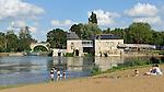 Villevêque (49) : Vue sur la plage et le Moulin de Froment.