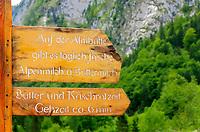 Deutschland, Bayern, Oberbayern, Berchtesgadener Land, Schoenau am Koenigssee: Hinweisschild zum Alpengasthof Saletalm zwischen dem Koenigssee und dem Obersee gelegen | Germany, Upper Bavaria, Berchtesgadener Land, Schoenau am Koenigssee: signpost to mountain inn Saletalm