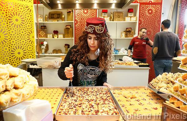 Nederland  Beverwijk  2017. De Bazaar in Beverwijk. De Bazaar in Beverwijk is al 37 jaar de plek waar uiteenlopende culturen samenkomen en is de grootste overdekte markt in Europa. De Bazaar bestaat uit verschillende marktdelen, waaronder de Zwarte Markt, Oosterse Markt, Grand Bazaar, Mihrab, Goudsouk en Buitenmarkten. Hal Mihrab.  Tarboosh, orient sweets. Tarboosh is gespecialiseerd in Arabische baklava.   Foto mag niet in negatieve context gebruikt worden.     Foto Berlinda van Dam / Hollandse Hoogte