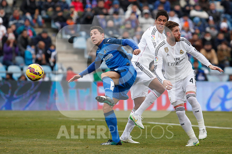Getafe´s Roberto Lago (L) and Real Madrid´s Sergio Ramos during La Liga match at Coliseum Alfonso Perez stadium  in Getafe, Spain. January 18, 2015. (ALTERPHOTOS/Victor Blanco)