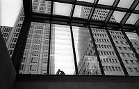 berlino, palazzi per uffici in potsdamer platz visti attraverso le vetrate della stazione ferroviaria--- berlin, office buildings in potsdamer platz seen through the windows of the railway station