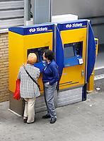 Mensen bij een kaartjesautomaat van de NS. Centraal Station Rotterdam