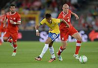 FUSSBALL  INTERNATIONAL  Testspiel Schweiz - Brasilien    14.08.2013 Philippe SENDEROS (re, Schweiz) gegen NEYMAR (Brasilien)