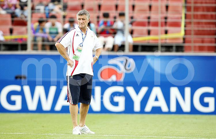 12. FIFA U17 Weltmeisterschaft in Korea Haiti - Frankreich Haiti vs. France Trainer Francois BLANQUART (FRA) nachdenklich auf dem Spielfeld in Gwangyang.