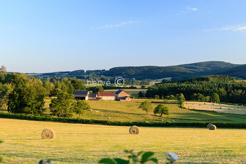 France, Nièvre (58), Le Morvan, Château-Chinon, campagne morvandelle // France, Nievre, Morvan, Chateau Chinon, countryside and farm