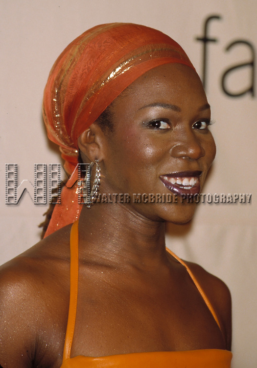 © WALTER McBRIDE / , USA...INDIA ARIE.OCTOBER 19, 2001.VH1 / VOGUE FASHION AWARDS.HAMMERSTEIN BALLROOM.NEW YORK CITY.CREDIT ALL USES