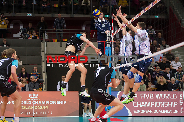 04.01.2014, MHP Arena, Ludwigsburg<br /> Volleyball, Qualifikation WM 2014, Deutschland vs. Estland<br /> <br /> Angriff Christian Fromm (#1 GER) - Block / Doppelblock Oliver Venno (#11 EST), Andri Aganits (#19 EST)<br /> <br />   Foto &copy; nordphoto / Kurth