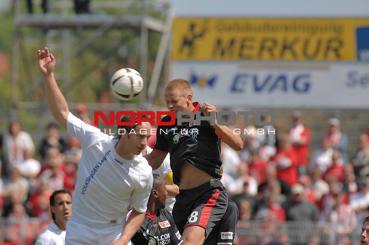3. FBL 2008/2009 29. Spieltag RŁckrunde BSV Kickers Emden vs. Union Berlin , Bernd Rauw (Emden #4 weiŖ) gegen Daniel Schulz (Berlin #18 schwarz) im Kopfballduell , Foto © nph (nordphoto)