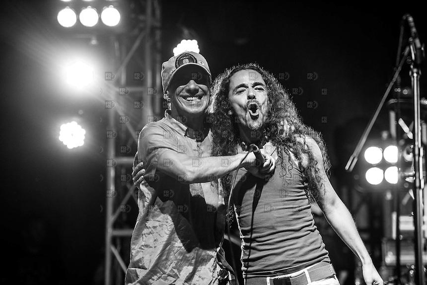 LETICIA, COLOMBIA, D.F. 07 de marzo.- El músico franco-español Manu Chao y su grupo La Ventura junto al Colectivo Jaguar durante el concierto en el parque Orellana por la protección del Amazonas en el departamento de la Amazonia en Leticia,  Colombia, 08 de marzo de 2015.  FOTO: ALEJANDRO MELENDEZ