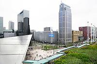 Nederland Rotterdam 2016. De Rotterdamse Dakendagen. Dak van het Groothandelsgebouw en links het dak van het Centraal Station.   Foto Berlinda van Dam / Hollandse Hoogte