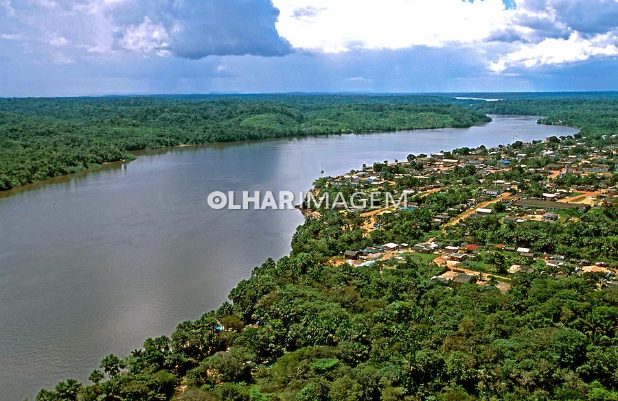 Vista aérea do rio Oiapoque e cidade de Oiapoque. Amapá. 2003. Foto de Juca Martins.